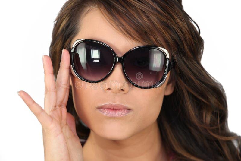 Vrouw in overmaatse zonnebril stock afbeeldingen