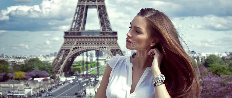 Vrouw in Parijs stock afbeelding