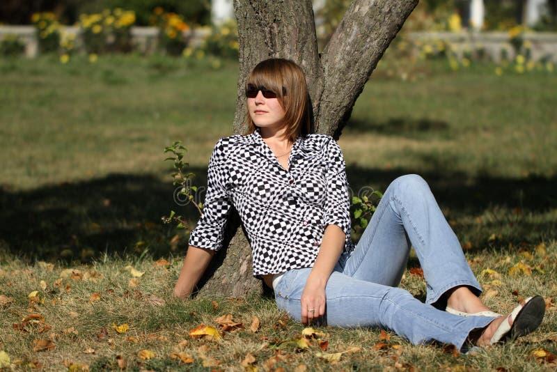 Vrouw in park stock afbeelding