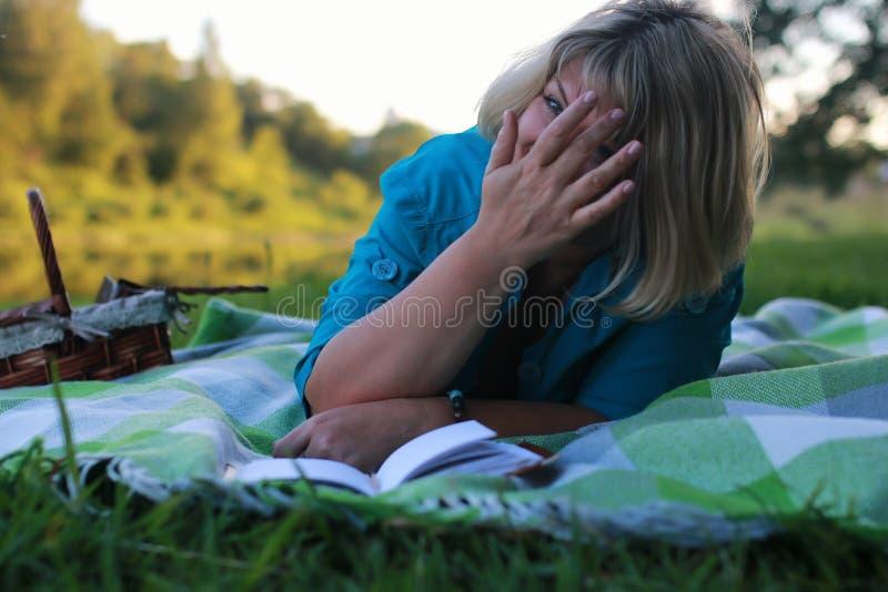 Download Vrouw In Park Met Boek Op Gras Stock Afbeelding - Afbeelding bestaande uit wijfje, nieuw: 107708499