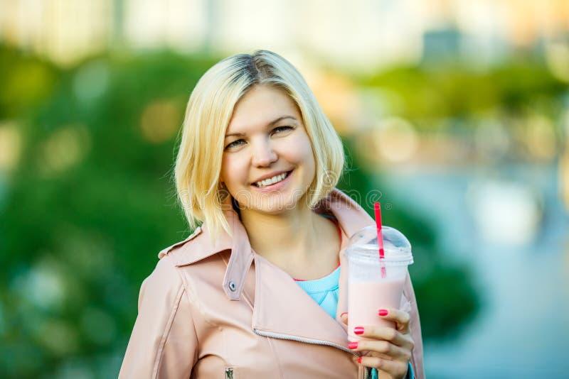 Vrouw in park met milkshake royalty-vrije stock foto's