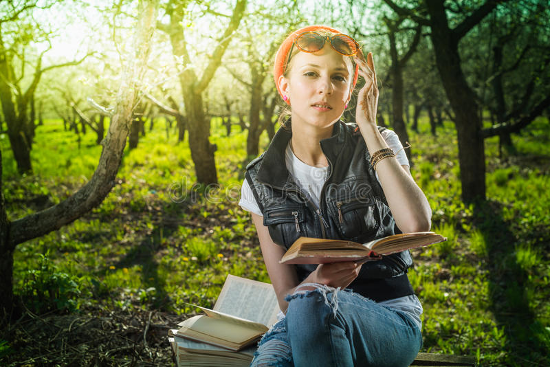 Vrouw in park openlucht met tablet en boek stock afbeeldingen