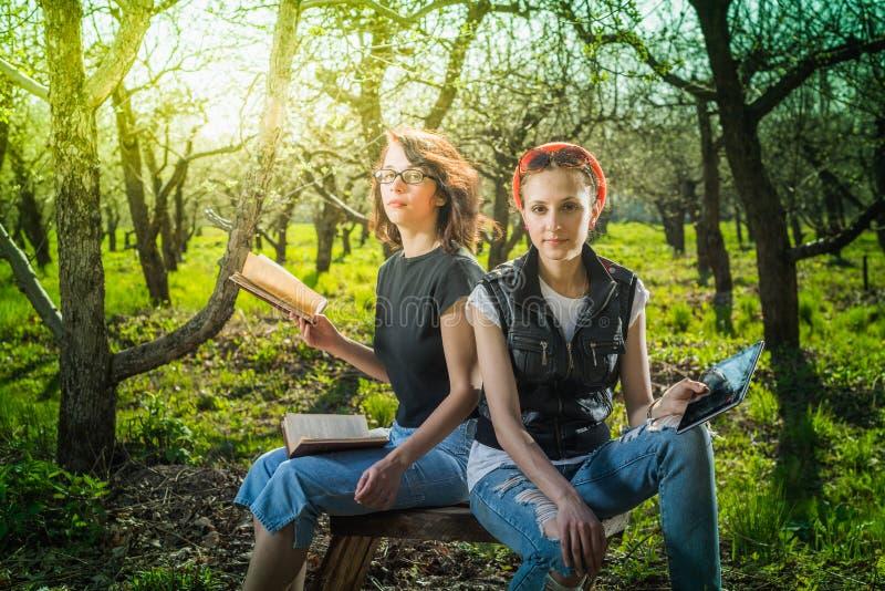 Vrouw in park openlucht met tablet en boek royalty-vrije stock foto's
