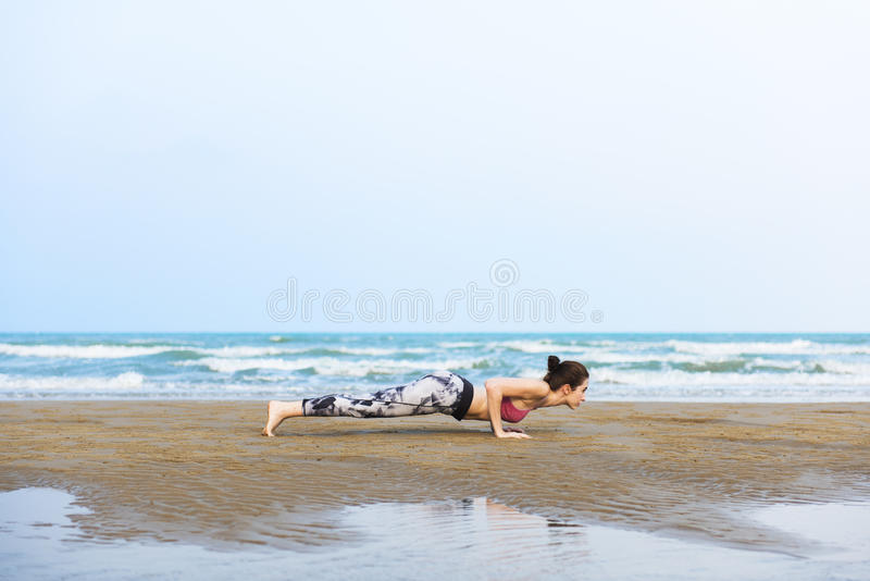 Vrouw Planking die Flex Training Healthy Lifestyle Beach uitrekken stock foto