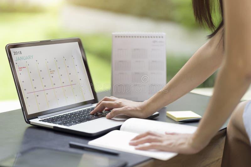 Vrouw planningsagenda en programma die de ontwerper van de kalendergebeurtenis gebruiken royalty-vrije stock fotografie