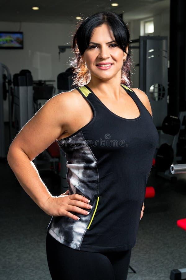 Vrouw plus grootte in gymnastiek die het gelukkige, vrouwelijke verliezende gewicht van XXL, F stellen royalty-vrije stock foto