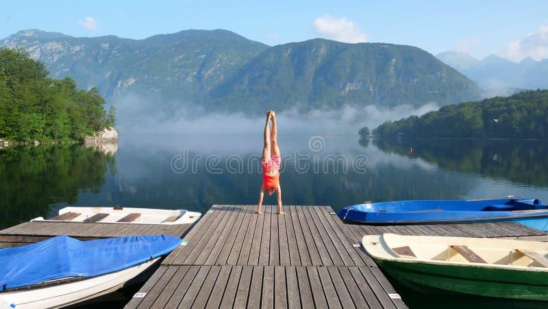 Vrouw in ponton, vakantie of zen concept stock foto
