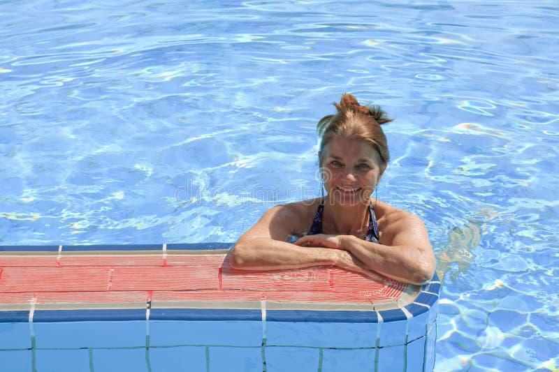 Vrouw in Pool stock foto