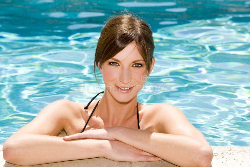Vrouw in pool stock foto's