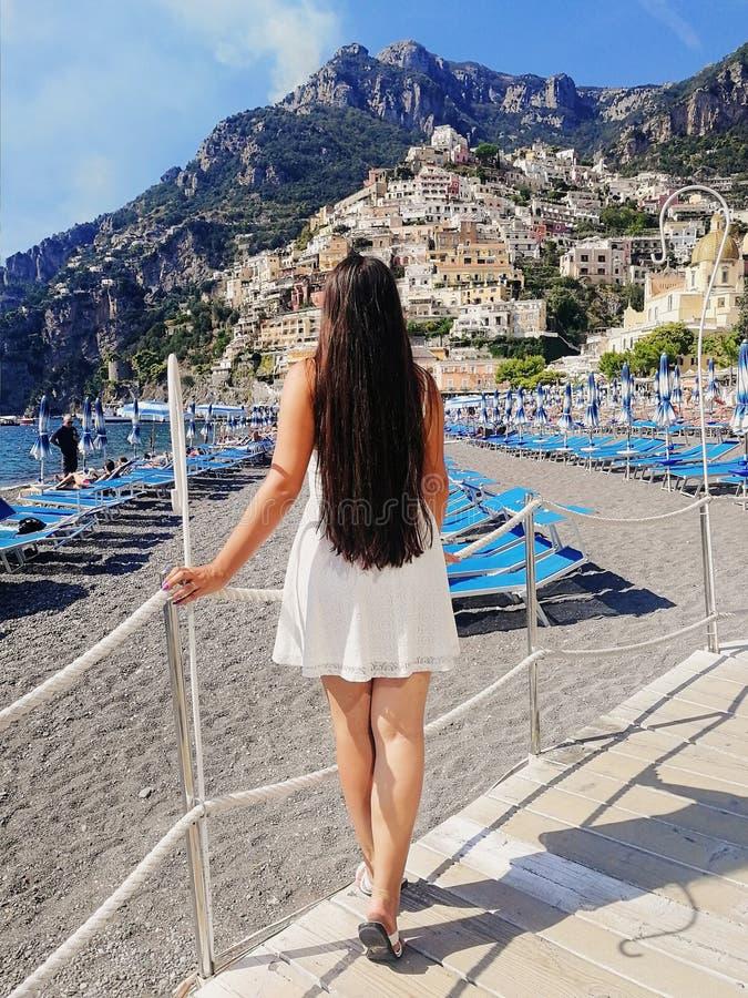 Vrouw in Positano, Italië Amalfi Kust stock foto's