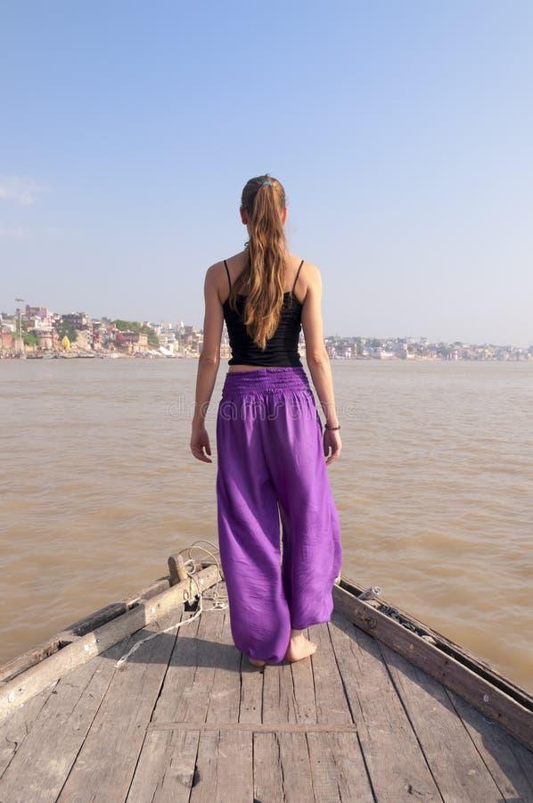 Vrouw praktizeren die yogameditatie op de boot bevinden zich stock afbeelding
