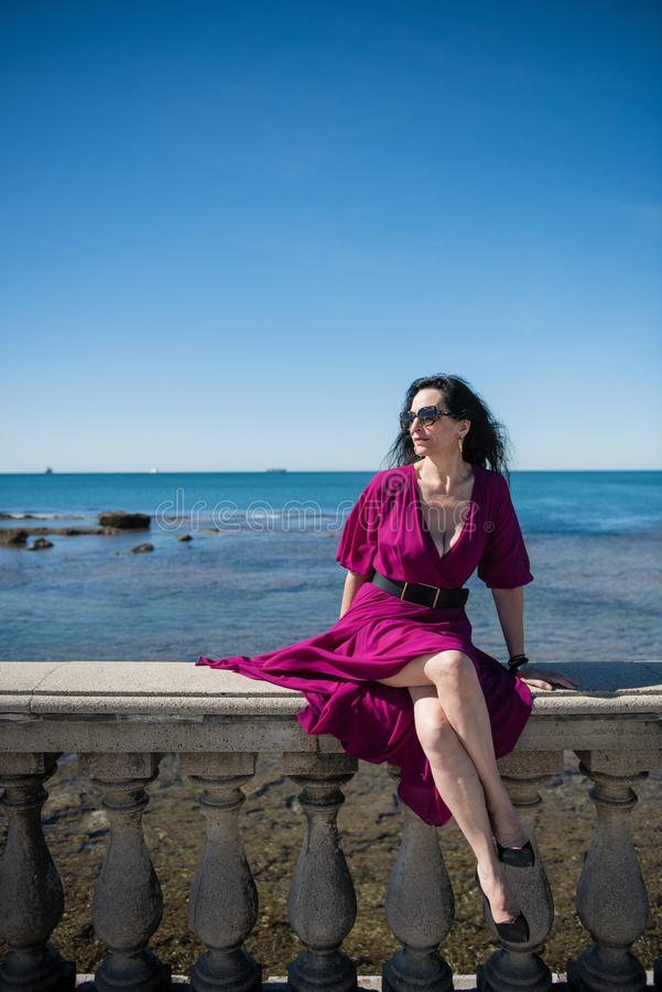 Vrouw in purpere kleding bij Ligurian Overzees royalty-vrije stock foto's