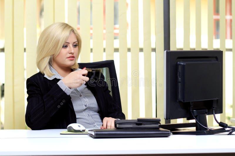 Vrouw in regelmatige bureauscène stock foto's
