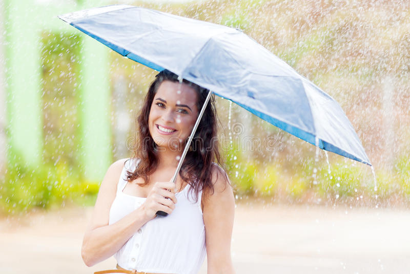 Vrouw in regen royalty-vrije stock afbeeldingen