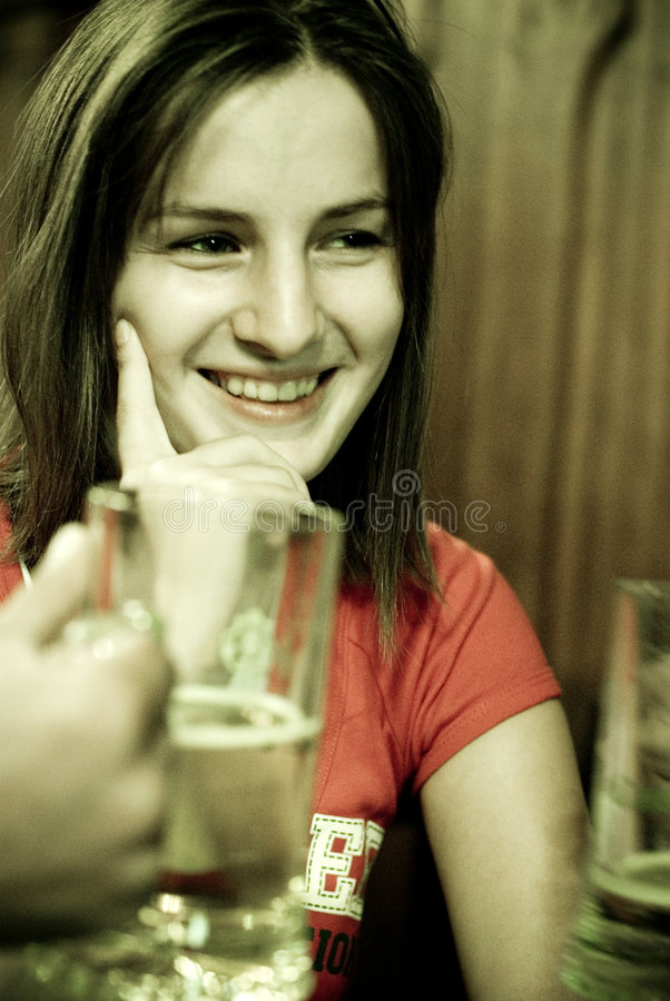 Vrouw in restaurant royalty-vrije stock foto's