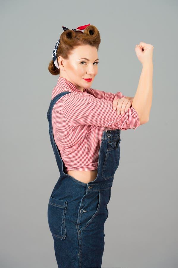 Vrouw in retro speld-omhooggaande stijl met krachtig gebaar kunnen wij IT doen Pinup gestileerde omhoog geïsoleerde vrouw met han royalty-vrije stock foto's