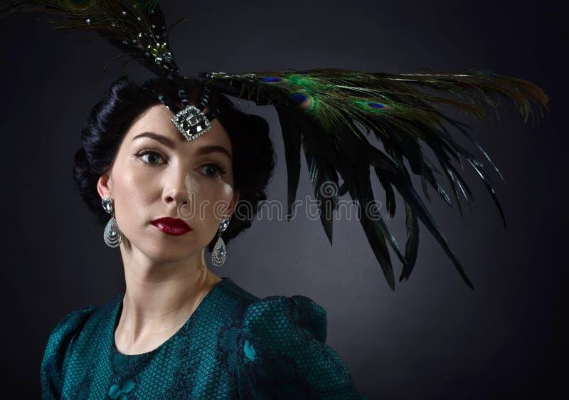Vrouw in retro stijl met veerhoofddeksel royalty-vrije stock afbeelding