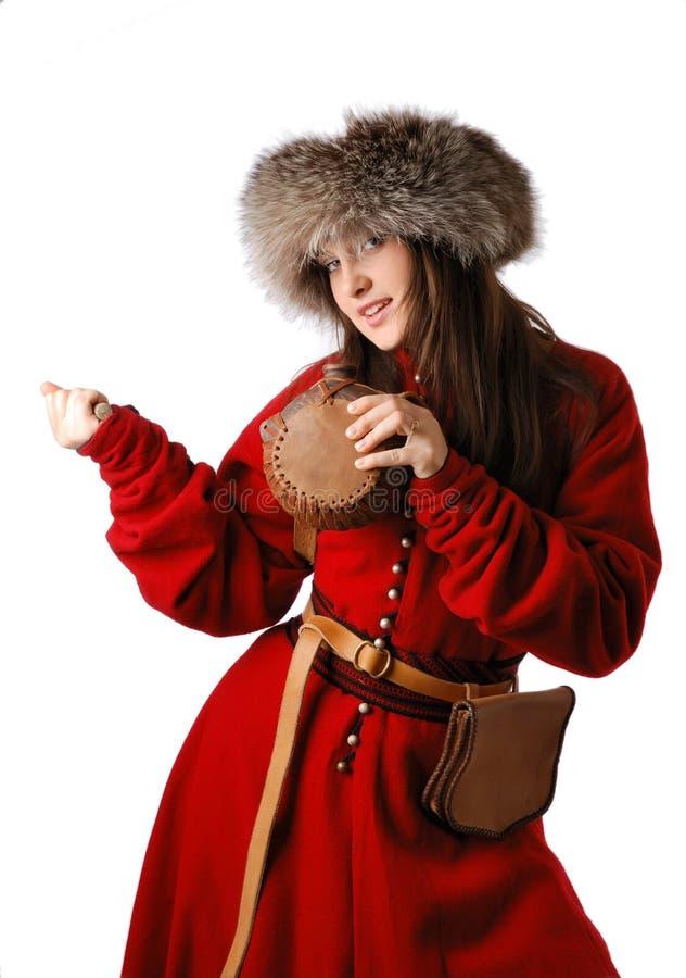 Vrouw in rode kaftan met leerfles. stock afbeelding