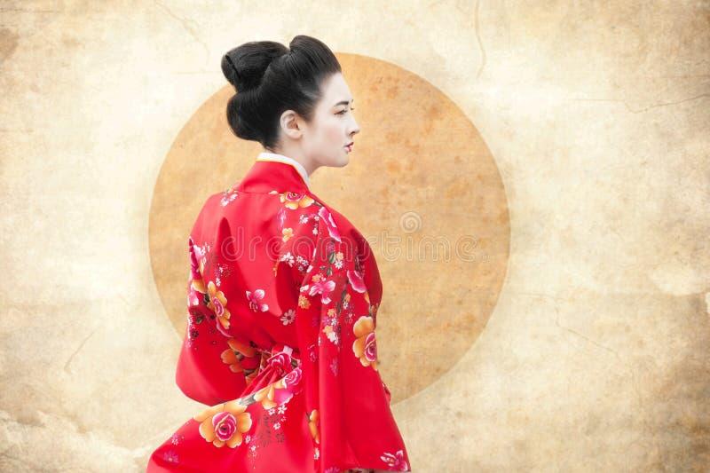 Vrouw in rode kimono royalty-vrije stock foto