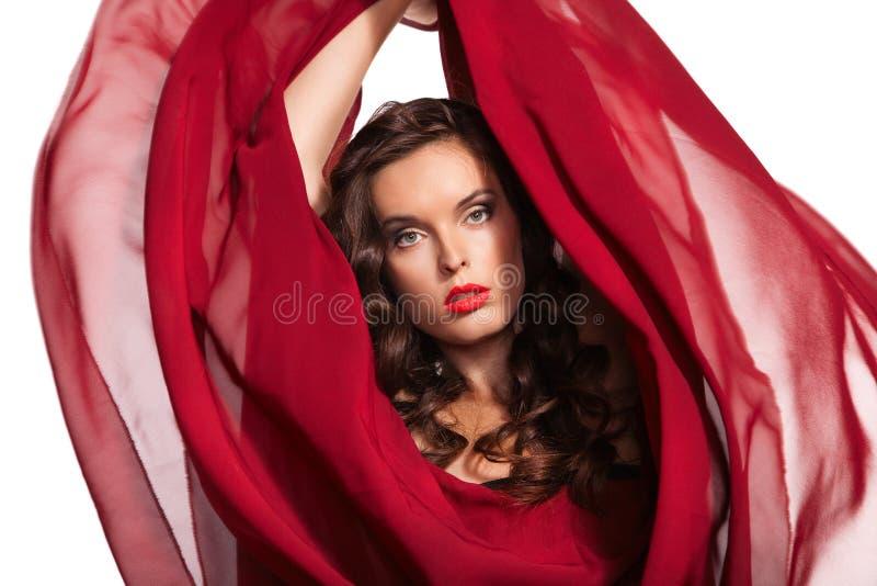 Vrouw in rode kleding die op wind vliegen. Close-up royalty-vrije stock afbeelding