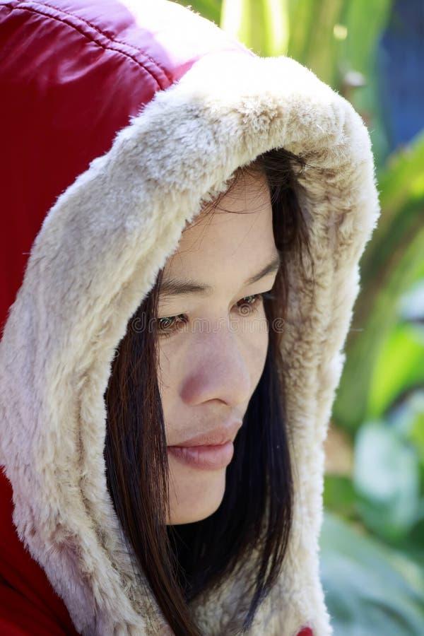 Vrouw in rode laag stock afbeelding
