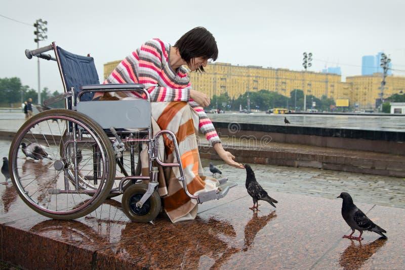 Vrouw in rolstoel royalty-vrije stock afbeelding