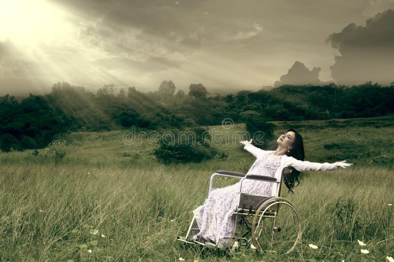 Vrouw in rolstoel openlucht royalty-vrije stock foto's