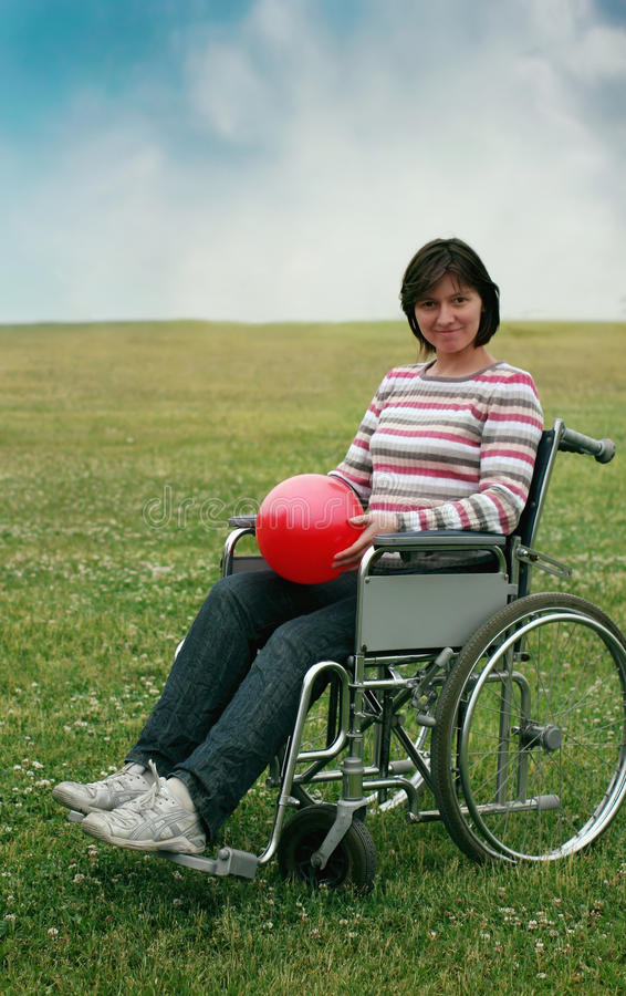 Vrouw in rolstoel in park royalty-vrije stock foto's