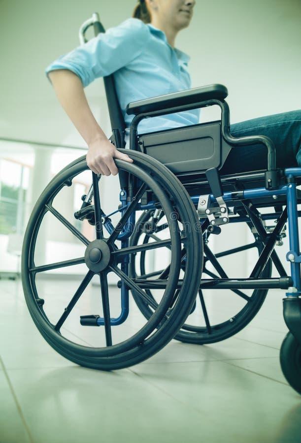 Vrouw in rolstoel portret stock fotografie