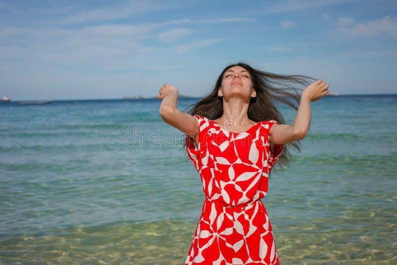 Vrouw in rood dichtbij het overzees royalty-vrije stock foto's