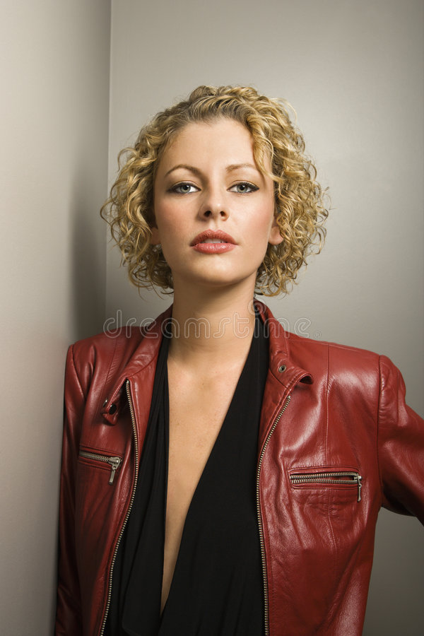 Vrouw in rood jasje. stock afbeeldingen