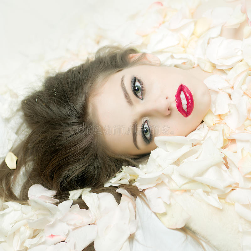 Vrouw in Rose Petals royalty-vrije stock afbeelding