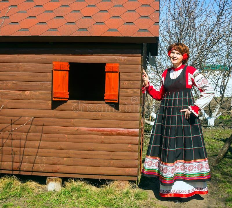 Vrouw in Russische nationale sundress royalty-vrije stock afbeeldingen