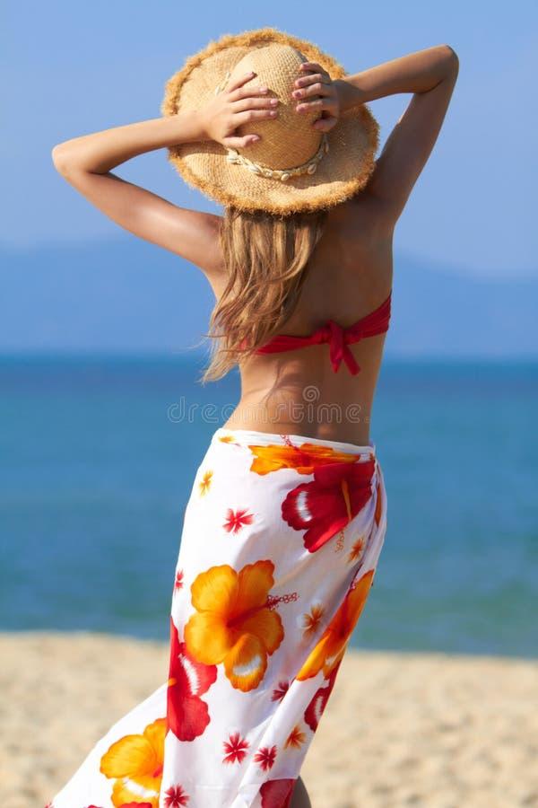 Vrouw in sarongen en strohoed stock foto