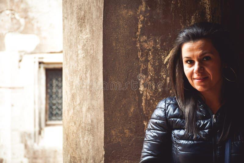 Vrouw in schaduw royalty-vrije stock foto's