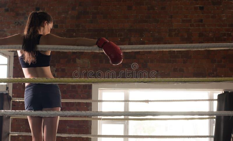 Vrouw schaduw die van de mmaring van de opleidingsgymnastiek de in dozen doende gemengde krijgsa in dozen doen royalty-vrije stock foto