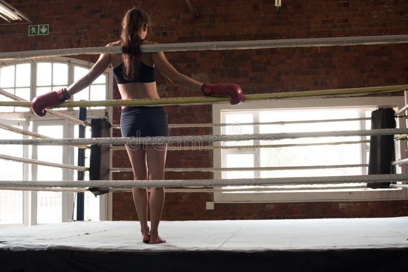Vrouw schaduw die van de mmaring van de opleidingsgymnastiek de in dozen doende gemengde krijgsa in dozen doen stock fotografie