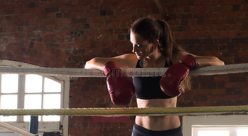 Vrouw schaduw die van de mmaring van de opleidingsgymnastiek de in dozen doende gemengde krijgsa in dozen doen stock foto