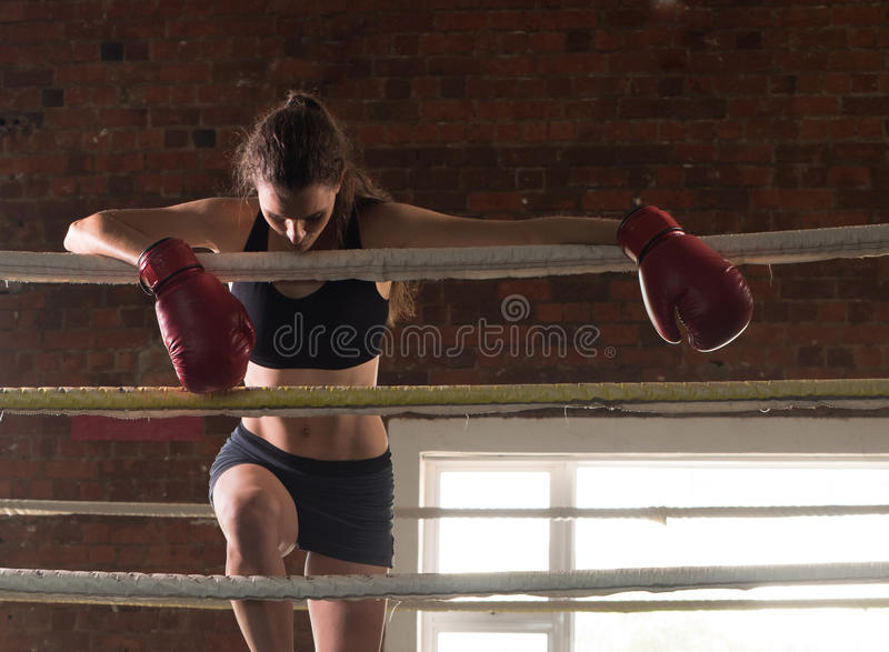 Vrouw schaduw die van de mmaring van de opleidingsgymnastiek de in dozen doende gemengde krijgsa in dozen doen royalty-vrije stock foto's