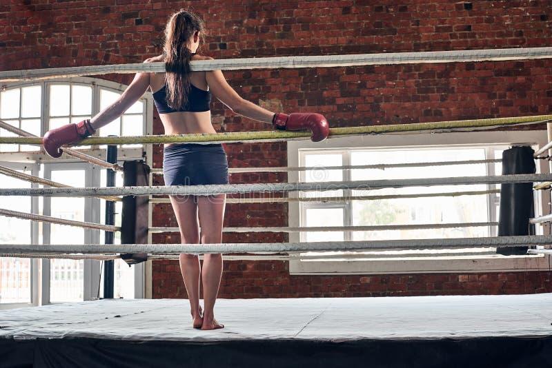 Vrouw schaduw die van de mmaring van de opleidingsgymnastiek de in dozen doende gemengde krijgsa in dozen doen royalty-vrije stock afbeelding