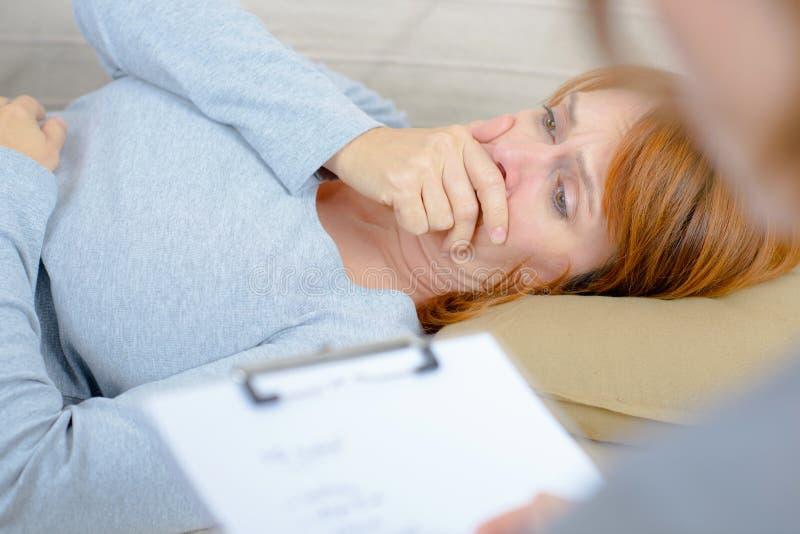 Vrouw in scheuren die aan therapeut spreken royalty-vrije stock foto