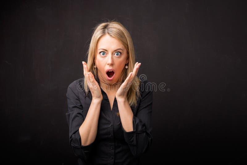 Vrouw in schok stock afbeelding