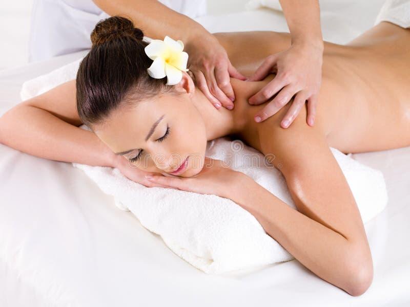 Vrouw in schoonheidssalon die massage heeft royalty-vrije stock foto's