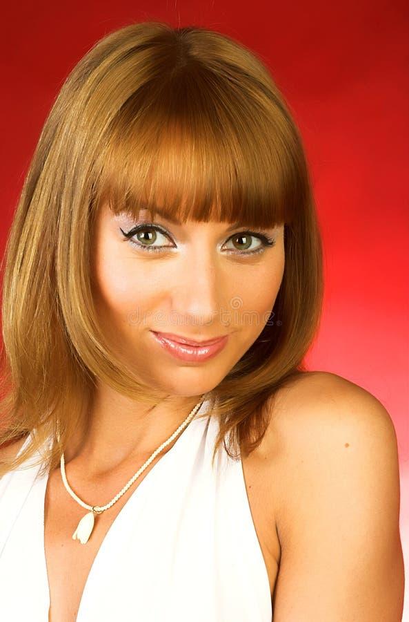 Download Vrouw In Sexy Kleding Over Rode Achtergrond Stock Afbeelding - Afbeelding bestaande uit dame, model: 10784245