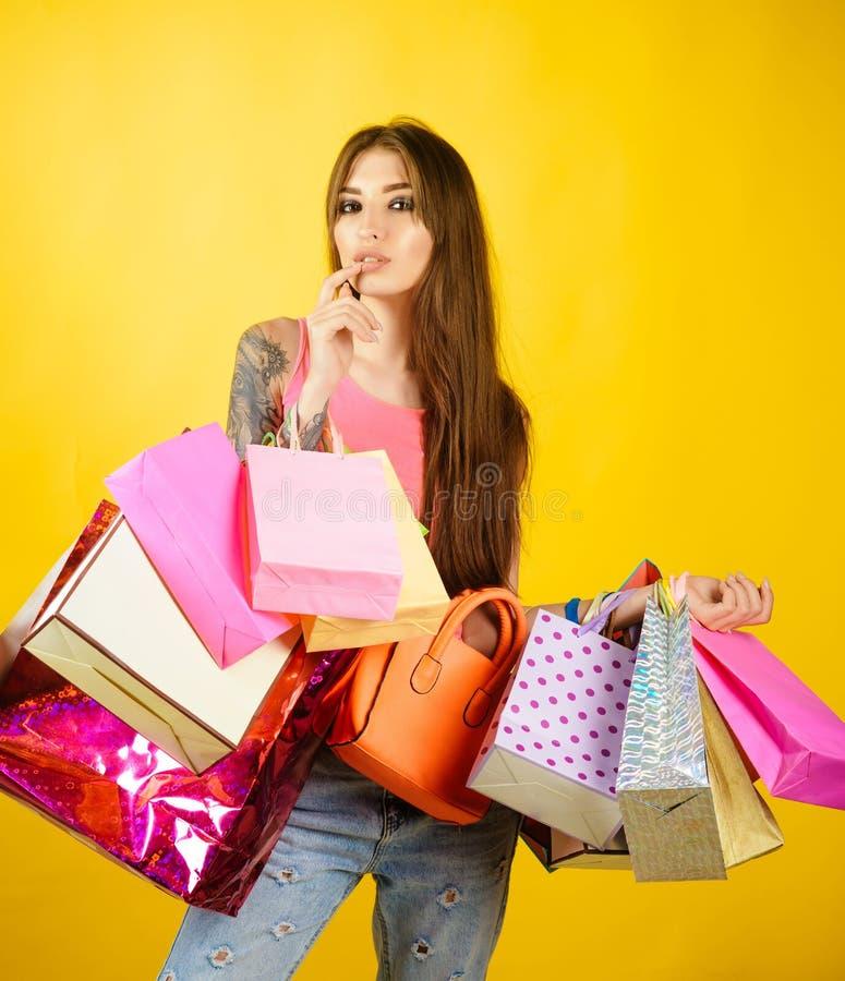 Vrouw shopaholic met document zakken, verkoop stock foto's