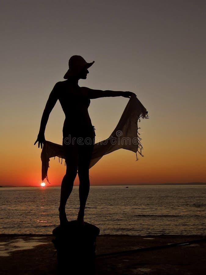Vrouw, sjaal, zonsondergang, overzees stock fotografie