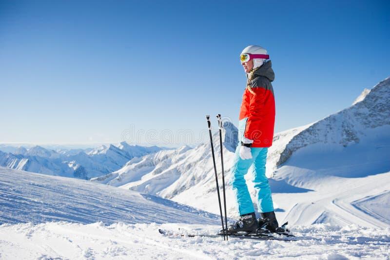 Vrouw in Skitoevlucht/duidelijk weer stock afbeeldingen