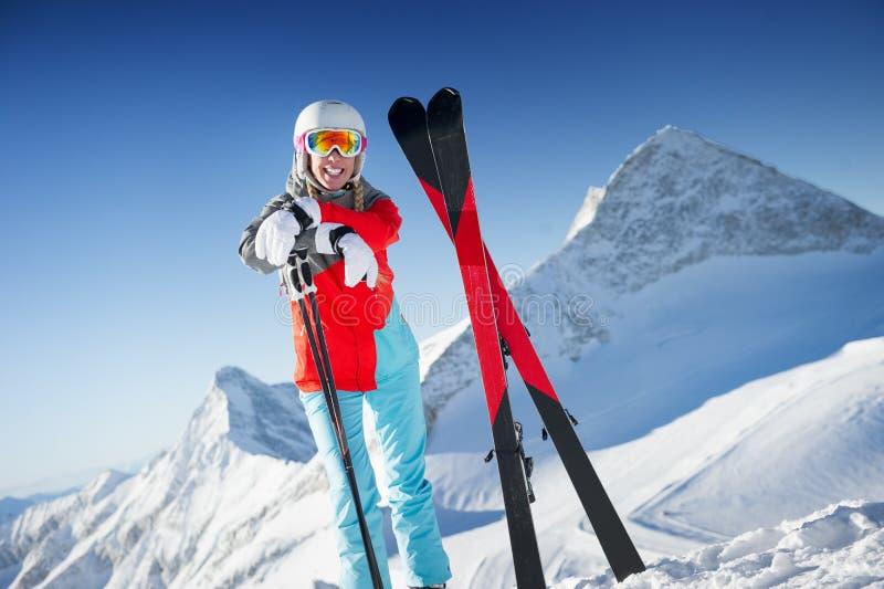 Vrouw in Skitoevlucht/duidelijk weer royalty-vrije stock afbeelding
