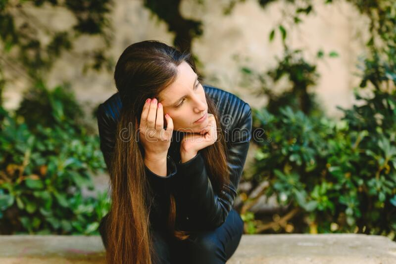 Vrouw slachtoffer van een echtpaar... terwijl hij alleen zit te denken over het verbreken van zijn relatie uit angst voor mishand stock fotografie