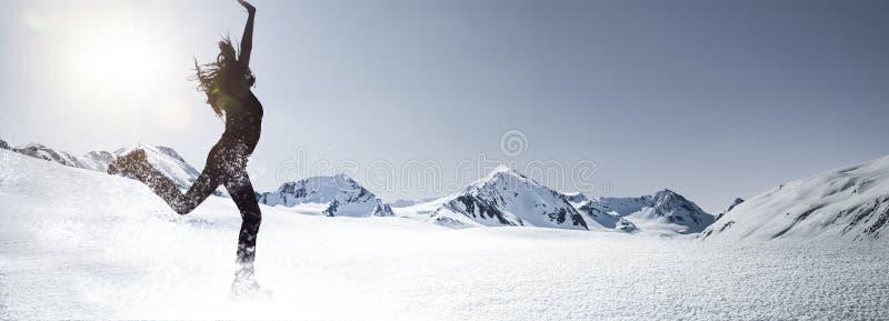 Vrouw in sneeuw het Springen royalty-vrije stock afbeeldingen